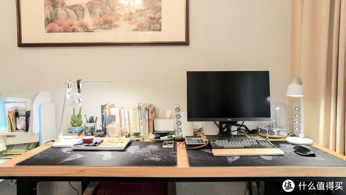 (这是整张书桌的特写,我有轻度强迫症,必须把东西摆的整齐,自己看着才舒服。)
