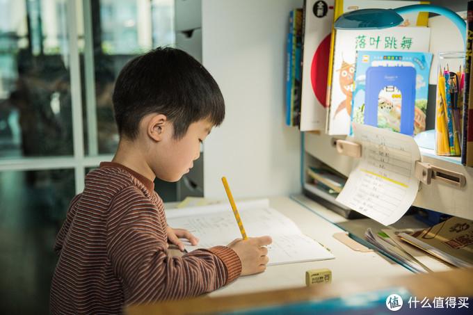 中年奶爸的经济适用书房桌面——一家人的活动天地
