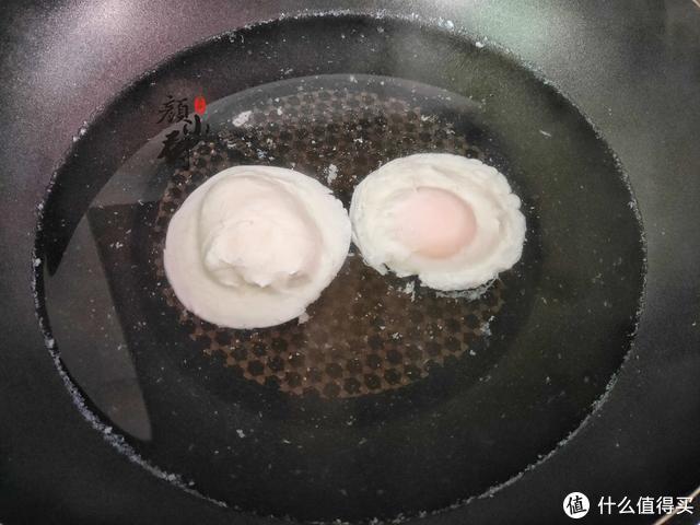 水煮荷包蛋,总有白沫还会散?大厨教您一招,鸡蛋完整不出沫