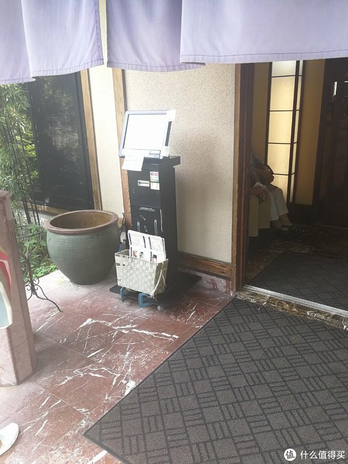 门边上有自助取号机