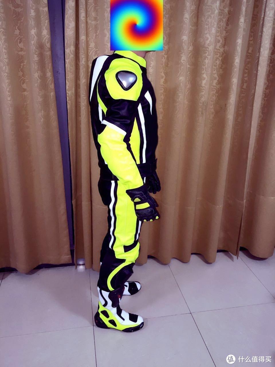 侧面能看到肩膀也带外置金属保护,手肘是内置保护,这个角度可以看到后背的小驼峰,背双肩包肯定不舒服。
