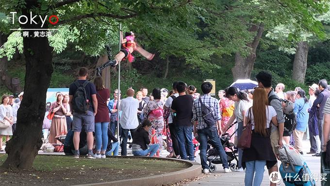 正在跳钢管舞的美女吸引众多游客。