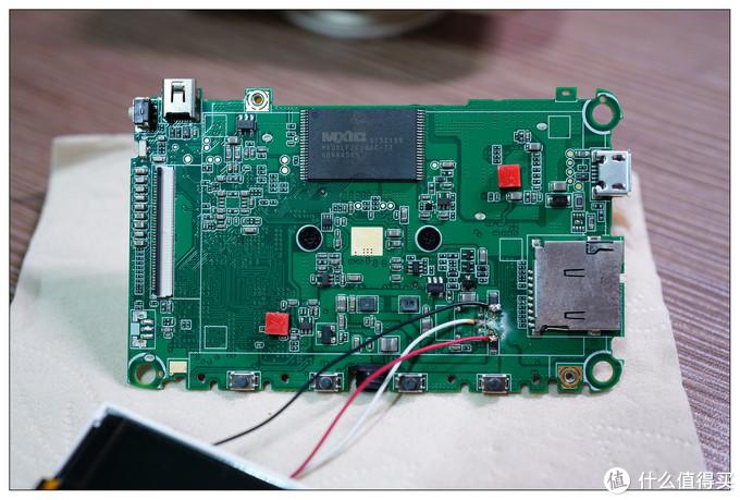 最后没办法,只能上焊接大法,不知道为什么,一直焊不上,第一次碰到,最后只能焊在了旁边的电子元件上了。