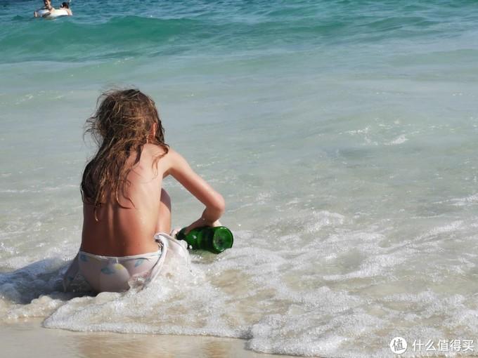 海边拍的外国小女孩,很有感觉有木有