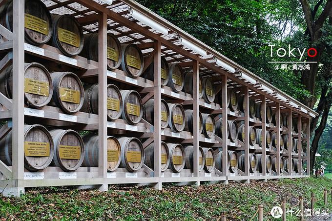 左边陈列的葡萄酒桶是来自法国的各产酒公司供奉