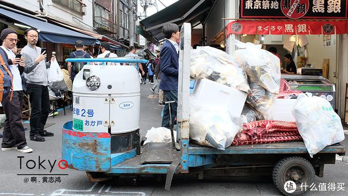 筑地市场特有的垃圾车。