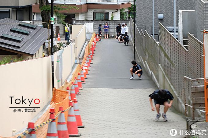 在斜坡上正在练习体能的学生