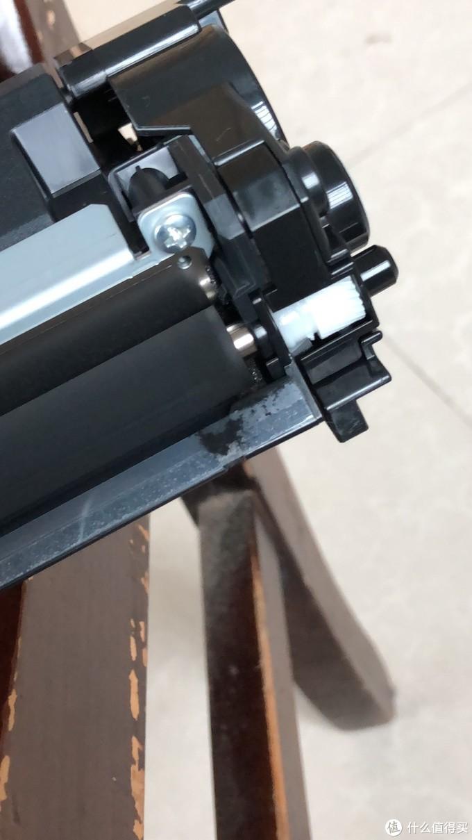 硒鼓最开始有点漏墨粉,要略微清理一下,问题不大。不清理的话,打印到纸上会有痕迹。应该是海淘过来,路上运输造成的。