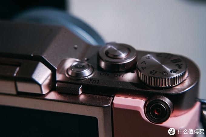我的新日本女友!松下gf10 身材小巧,着粉色衣服向大家问好 关联索尼a7m3 佳能相机