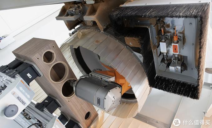 精密的5轴CNC机床对箱体开孔