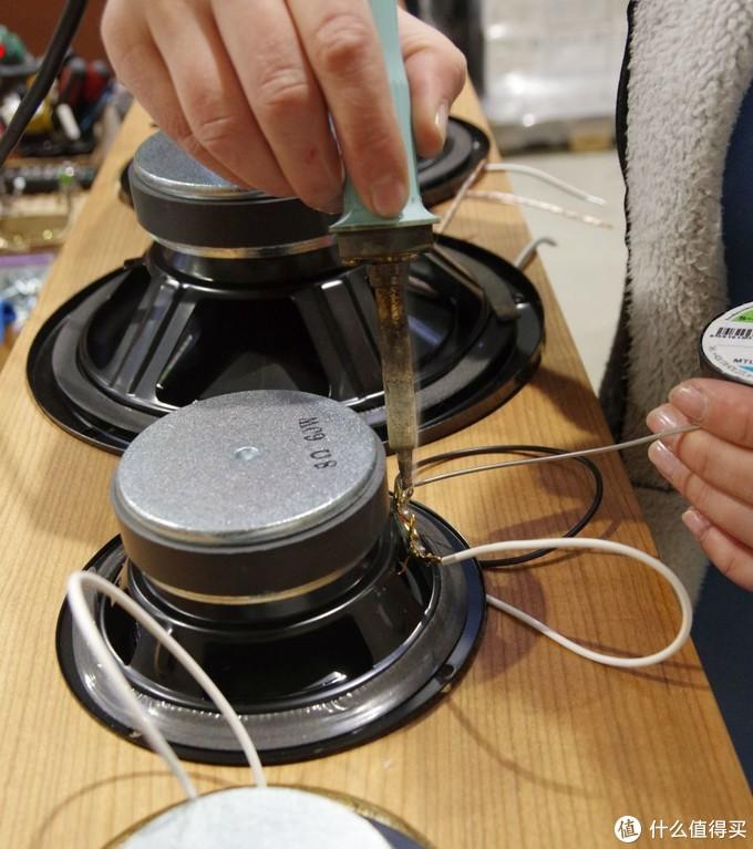 扬声器单元的焊接与组装,AQ的高端型号内部连接线采用美国Audioquest高级连接线,确保声音品质