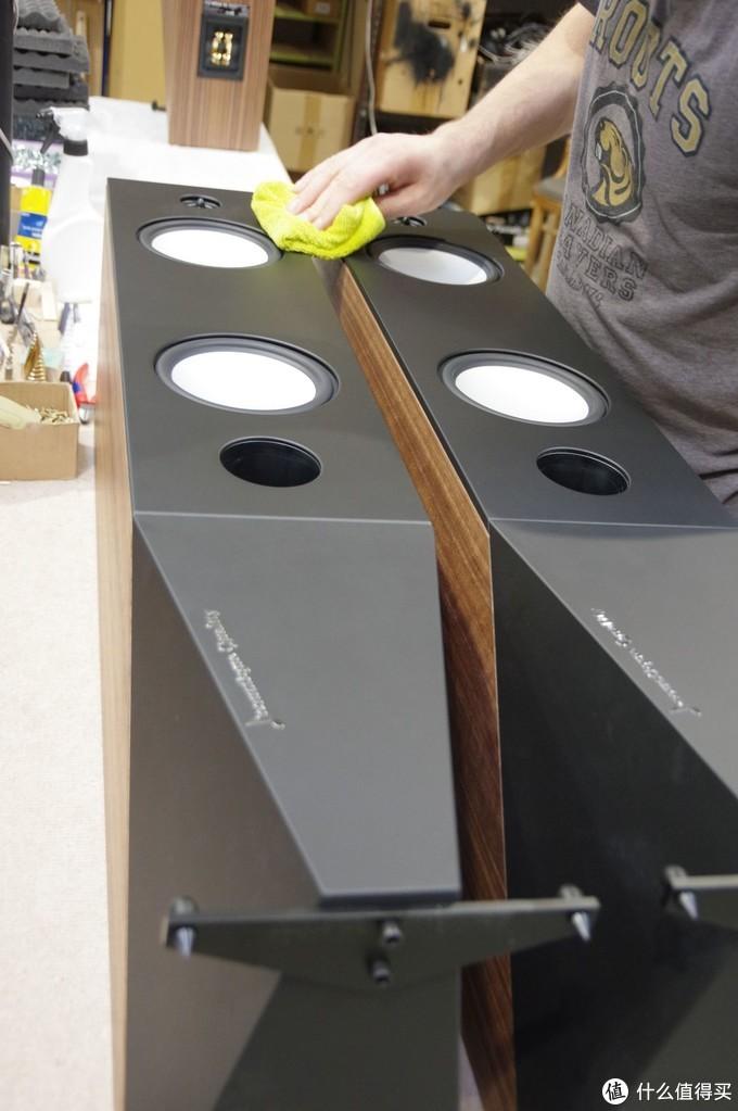音箱组装完毕后,还要经过细致的擦拭,确保无尘