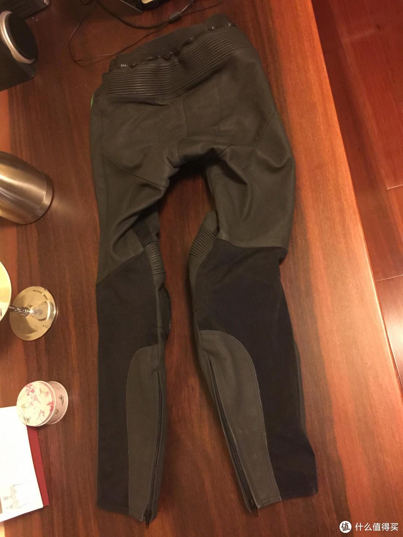 分体皮衣的连接一般都是拉链连接的,看腰上面就有这个拉链和延展皮。后面就是在屁股这个位置皮质会厚一点点,膝盖背面和小腿处一般都是其他材质代替的,这么设计不是为了省皮料,应该是为了更加舒服吧。
