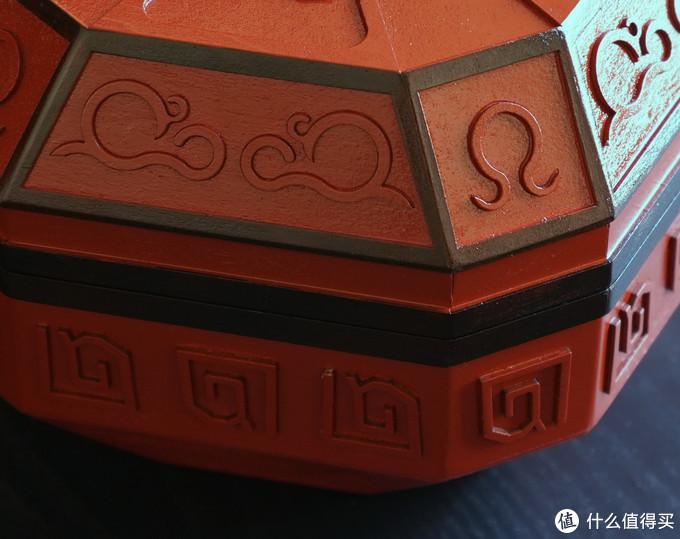 表面的图案刻画特写和背部细节展示:表面图案是先切割好后再对应粘上去的,最后再一起上木漆,一来是方便批量制作,二来是便于把控尺寸精细加工,很聪明;