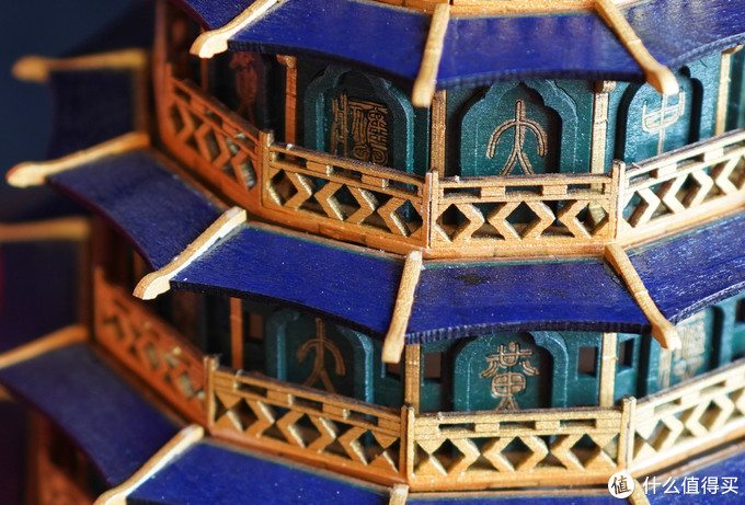 关于十二律的刻字,我又是很好奇到底制作者从何处找来的这些原版字符,再次佩服。然后塔顶和塔檐用的是宝蓝色漆涂刷,与金黄色的飞檐、栏杆和字符形成鲜明反差对比,的确烘托出了珍宝的气息。