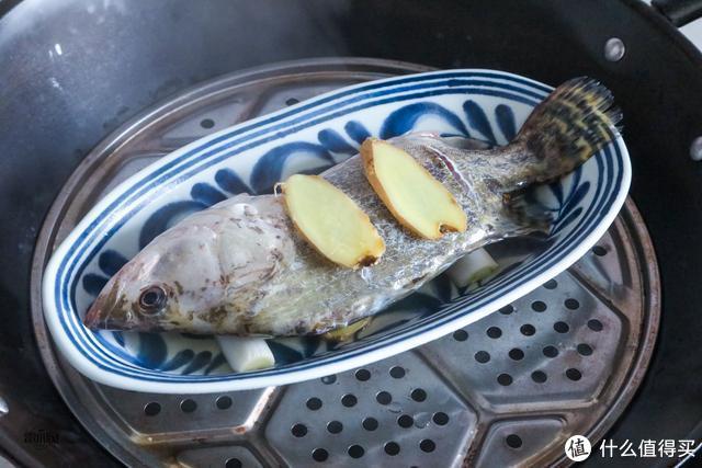 蒸鱼时,很多人分不清到底要不要抹盐,教你鱼肉鲜嫩小技巧