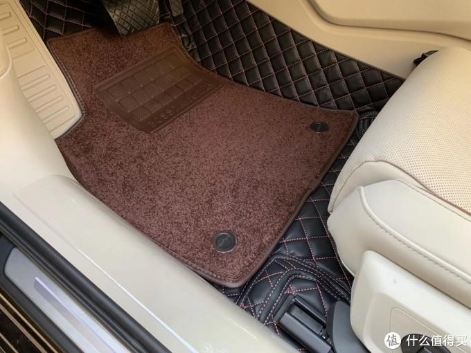 花钱装的脚垫很贴合和平顺、上层材质也很好