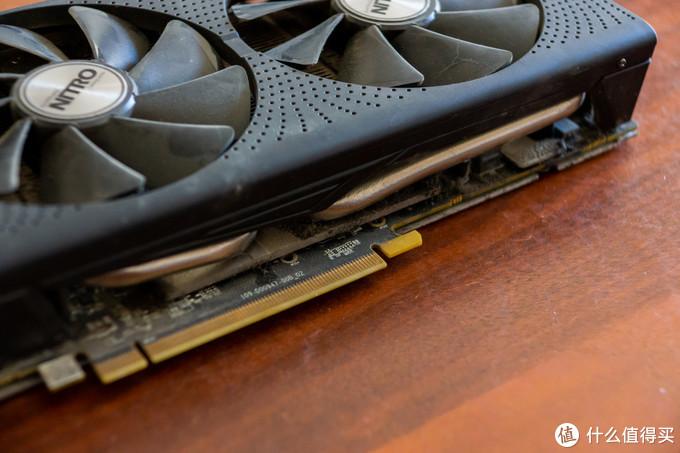 散热器和PCB完全被油污积灰布满