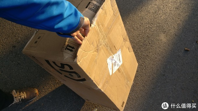 补发的烤盘到了。我的天,那么大一个包装箱,就放一个烤盘。不过这也是对的,万一运输出问题,又是麻烦事。