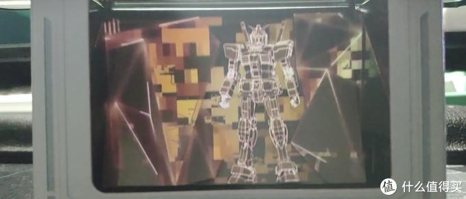 高达站立在盒子中,入手把玩万代六年前的黑科技全息投影