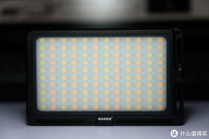 主体正面灯板,可以看到由冷暖两种灯珠间隔排列组成