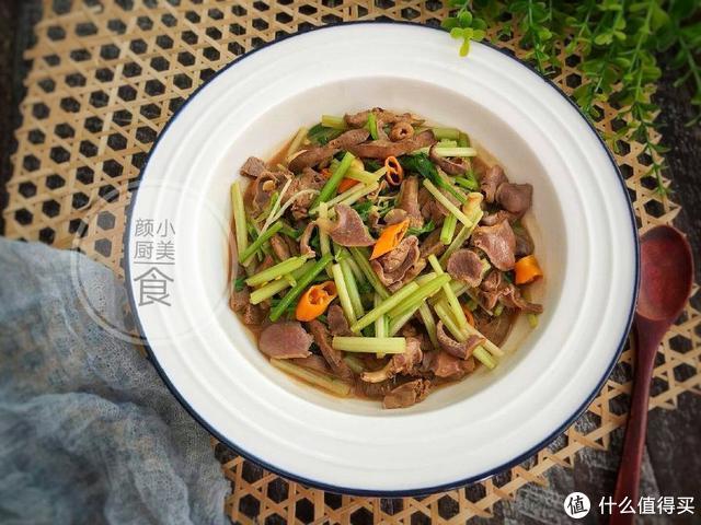 巨好吃的芹菜炒鸡杂,做法简单,酸辣开胃,喷香下饭!
