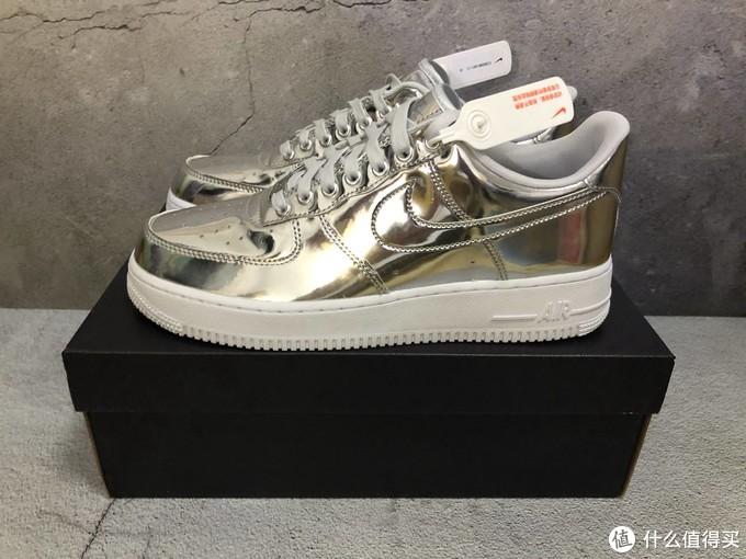 液态银的鞋面,银色鞋舌,白色中底。