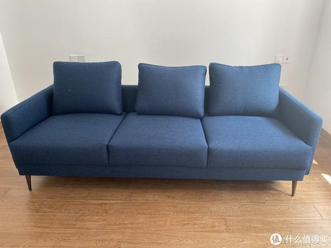 8H Clean抗菌布艺沙发在造型上,也是比较年轻时尚的风格。
