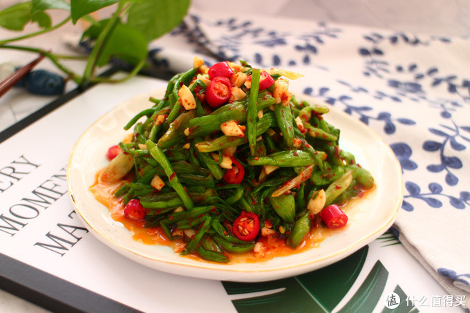 又到了挖野菜的季节,这野菜比韭菜香,比芹菜嫩,简单一拌,清香开胃,越吃
