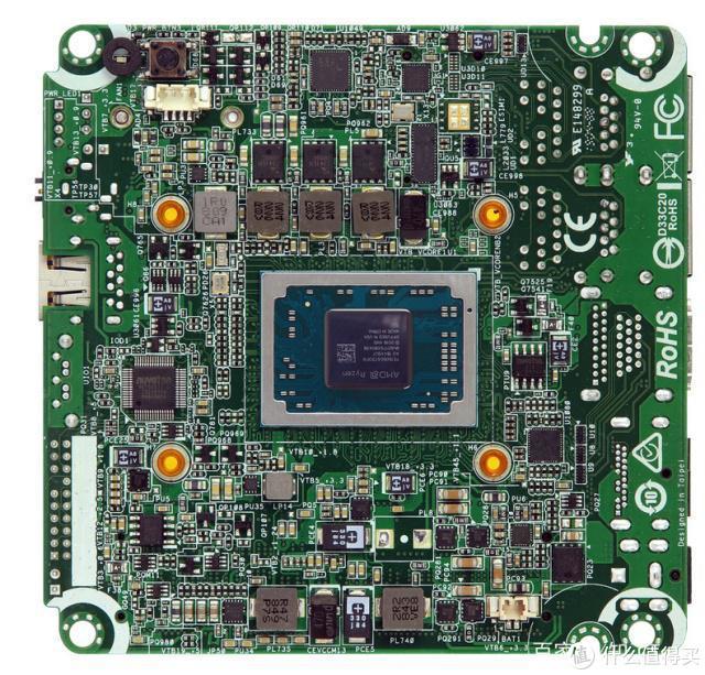 这也是一款搭载AMD R1000系列灰背隼平台的定制版产品,大家猜猜是哪家出品的?