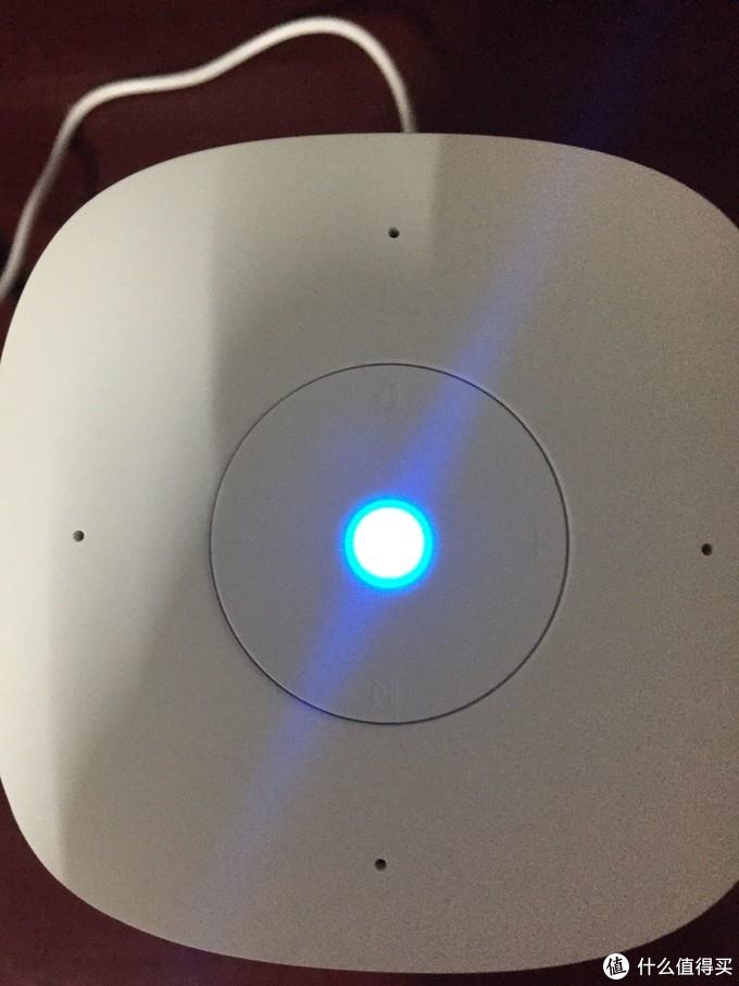 顶部中央有一颗七彩LED灯。