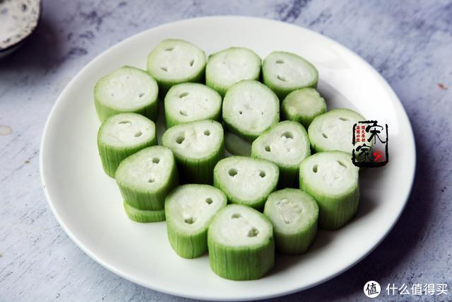 丝瓜和这菜一起蒸,吃1次等于慢跑1小时,连吃1星期,裤子穿S码