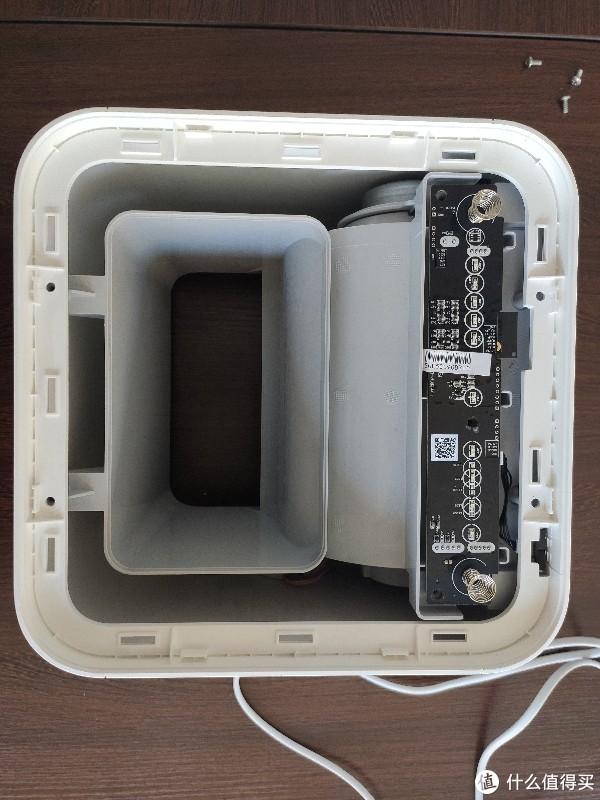 拆掉出风口盖板,外壳四颗螺丝和主板螺丝经拆掉,忘记拍螺丝拆前的照片。