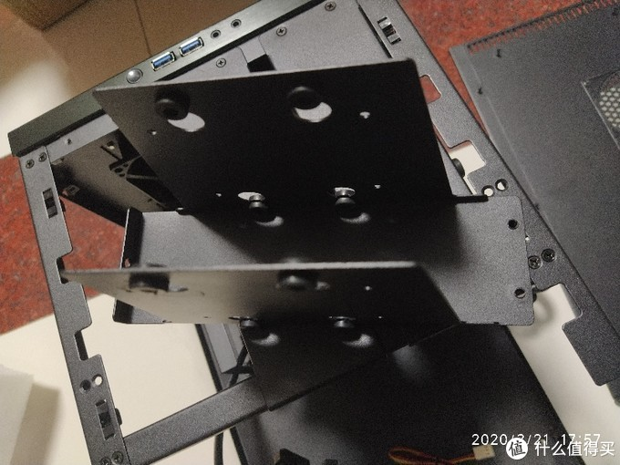 由这种硬盘架固定,一个可以固定俩,共可固定6块硬盘