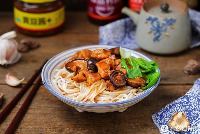 一个鸡腿、一把香菇做成卤汁,嫩滑鲜美香喷喷,拌面条能吃两大碗