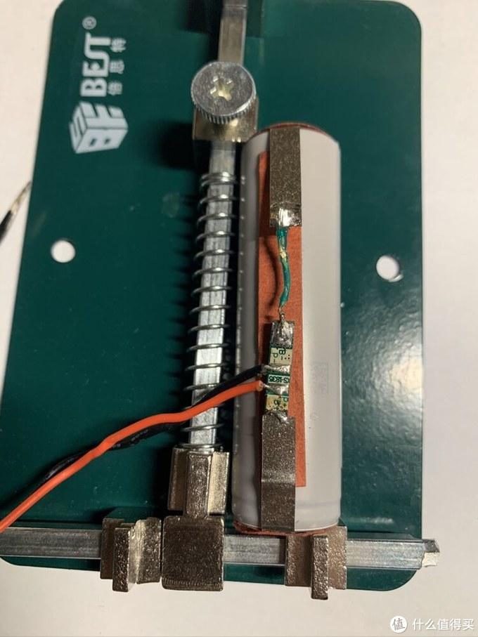 这是焊好保护板的样子(卖家帮忙点焊的镍片有点短,所以补了根线上去)