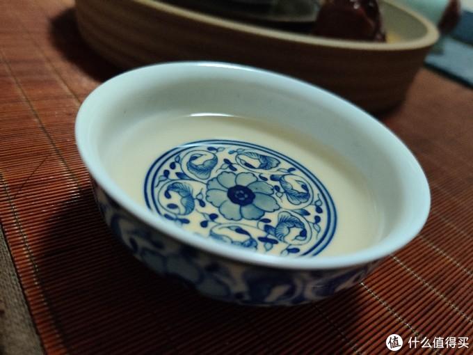 青花瓷普洱杯,杯口大且矮,画的也不错,夏季饮生普洱的。
