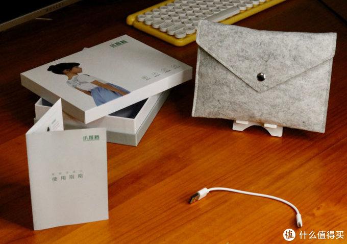 盒子里的东西有保修卡说明书一张,毛毡保护套一个,充电线一根以及本体一个(肩带+鼠标形状的机器)。