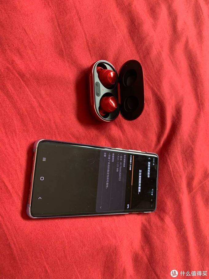 """""""你的新耳机?""""""""不,是你的新耳机""""限量骚红色Galaxy buds+"""