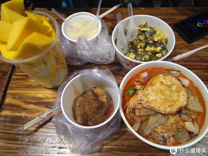人多的好处就是,每样可以尝一口,要不然,一人吃一份,一下子就吃饱了。