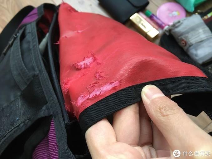 但包也有问题。传说中的耐磨杜邦面料在岁月面前还是留下了深深的裂痕。想了想它已经6岁了,和我一样已经步入中年了。 而且这包很重,空包也重,放入一个ipad一天下来肩膀很痛。并不适合放置太重的电子产品。