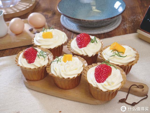 【美食教程-杯子蛋糕】为什么你的杯子蛋糕总是回缩塌陷?掌握这几个技巧,轻松做出柔软的它!