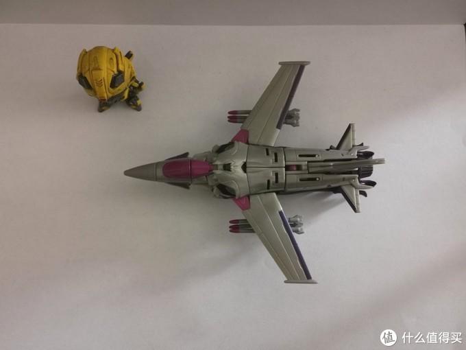 飞机的造型颜色有点儿像美军的f16。