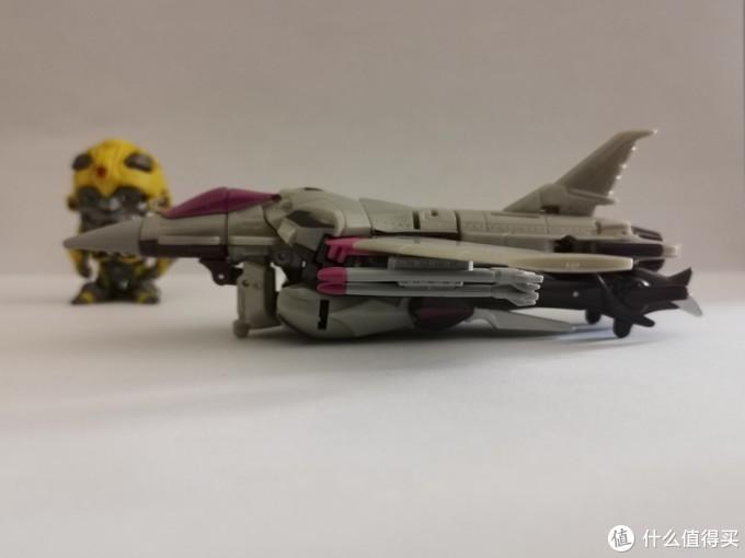 飞机底盘太厚了,可以跟合体战争系列飞机一较高下。