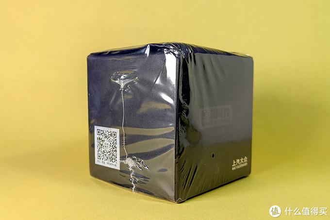 1.我直接把快递盒里的这个外包装拿回来了,上面还有塑封膜,很高档的样子
