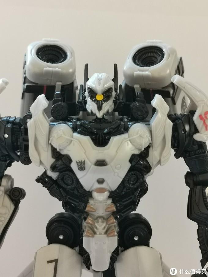 背炮可以向前立起。在设定图中也是非常吸睛的造型。玩具利用将翅膀进行多重折叠塑造背被炮造型。