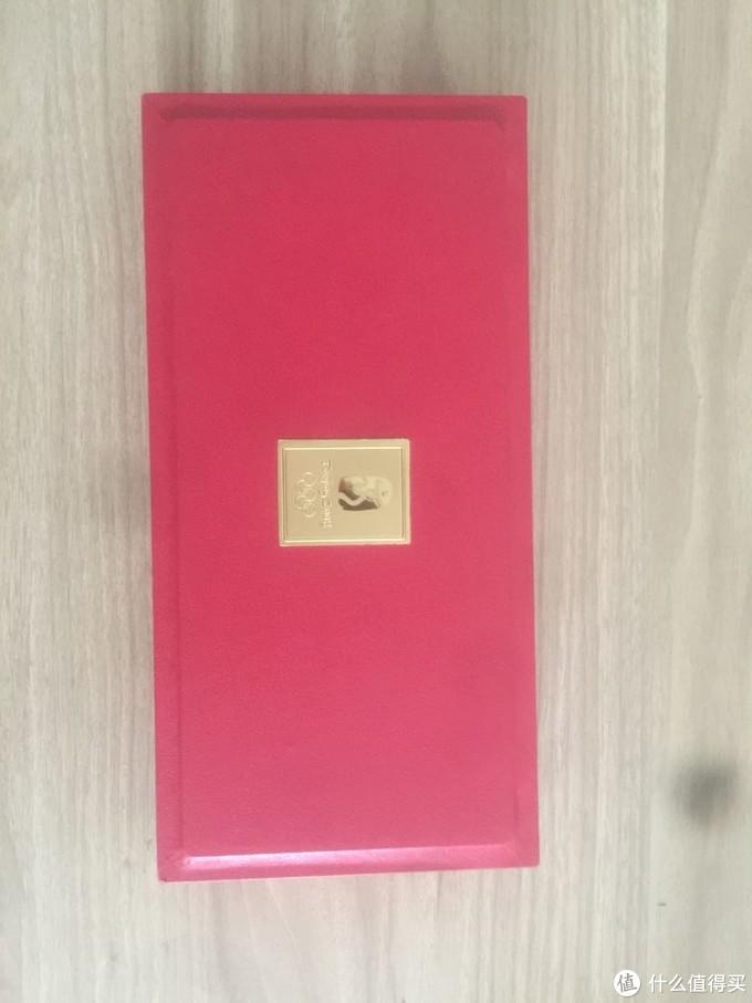简单大气的包装盒,中国红为主色调,中间位置配以金色奥运会会徽,突出了喜庆和庄严