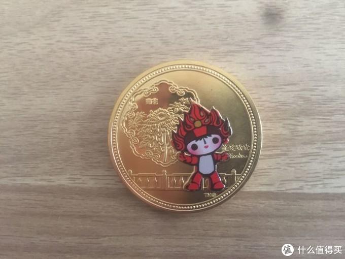 福娃欢欢,它是火娃,象征着奥林匹克圣火,左上角是菊花