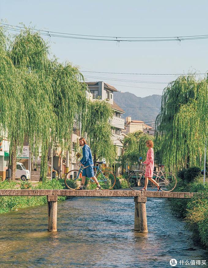 UNIQLO and JW ANDERSON全新造型演绎,在城市之中感受田园闲适