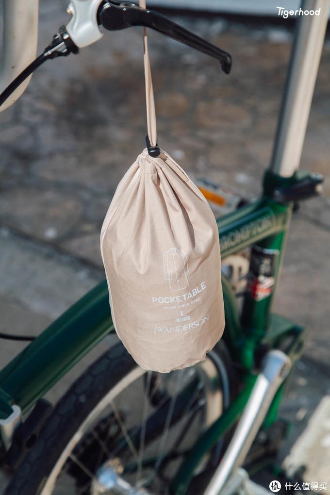 UNIQLO and JW ANDERSON 便携式风衣可折叠的设计非常方便收纳